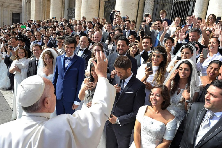 Pope Francis blessing lots of married couples in St Peter's Square