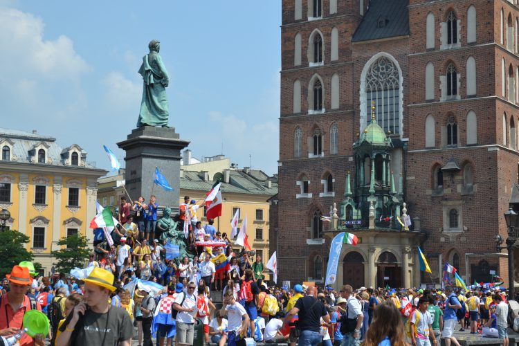 Pilgrims from around the world in the Main Square of Krakow (Photo: WYM)