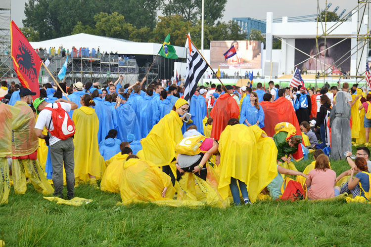 Pilgrims putting on their ponchos and getting ready at Blonia Park (Photo: WYM)