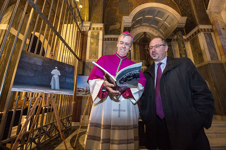 The Bishop and Ambassador at the World Youth Day photo exhibition (Photo: Marcin Mazur)