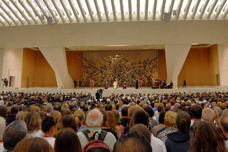 Pope Benedict and thousands of visitors at the weekly papal audience in the Vatican City (Photo: WYM)